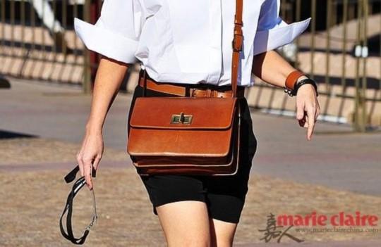 全身淡色调的搭配是十分适合夏季的装扮,小包包在这里的搭配效果十分出色,让人感觉尤其清爽。