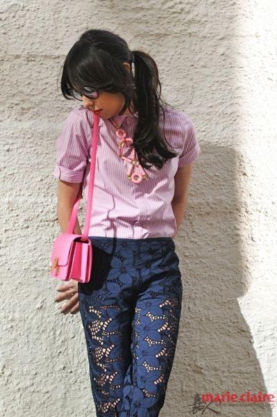 粉色条纹衬衫,马尾辫,粉红色的皮革包,深蓝色网纱透视裤。可谓性感中带着活泼,安静中带着甜美。