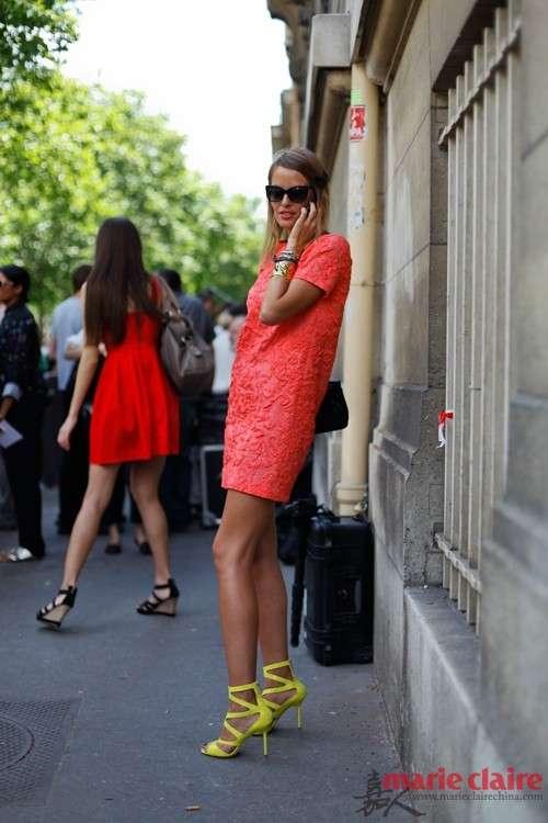橘红色的连衣裙