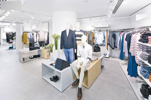 男装系列推出多款不同横间设计。
