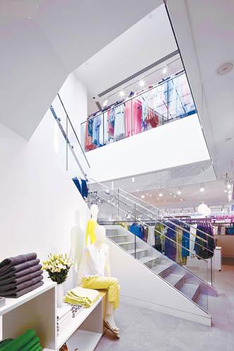 楼梯以玻璃扶手贯穿上下两层