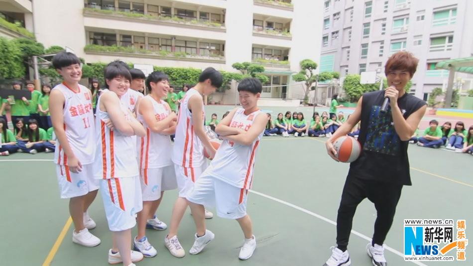 吴克群自制节目首播 与女子篮球队PK球技(组图)