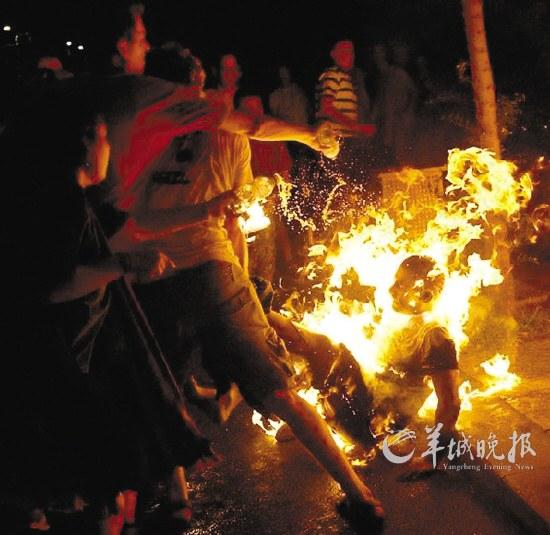 以色列男子突然自焚电视台捕捉震惊画面