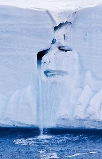 在挪威斯瓦尔巴特群岛上,一条正在融化的冰河上出现一个哭泣的面孔。这个哭泣的面孔似乎是在控诉人类活动所造成的气候变化最终导致冰河加速消融。