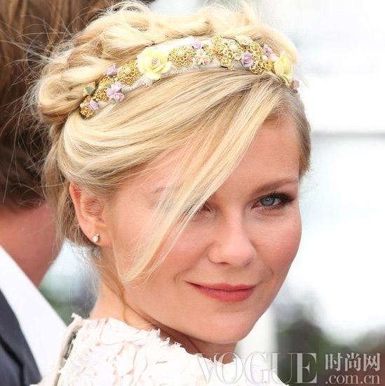 对于美少女Vanessa Hudgens来说,花朵发饰的戴法仿照了吉普赛女郎,与她健康的肤色和大墨镜搭配起来,时尚甜美。