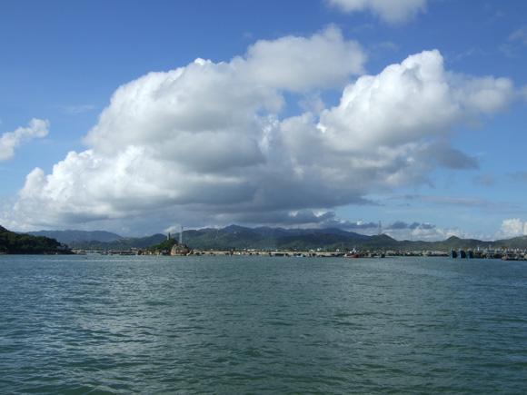 图示:美丽的柘林湾,此时天山的白云真像一只巨大的龙虾