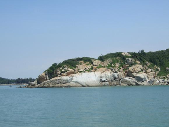图示:忠臣石立在海边饱经风雨,见证了多少沧桑岁月