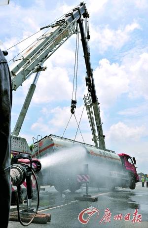 吊车将槽罐车调离事故现场。