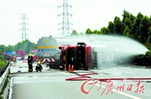 消防官兵一直在给车洒水降温。