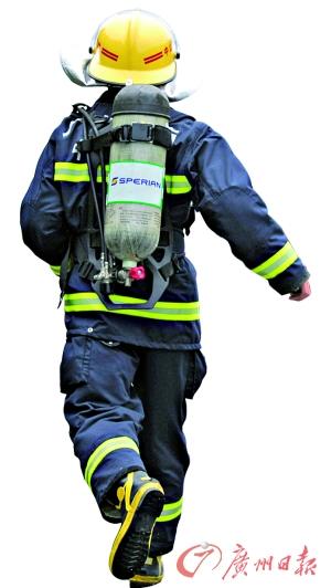 赶赴现场救援的消防人员。