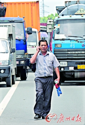 被堵在高速公路上的人和车。
