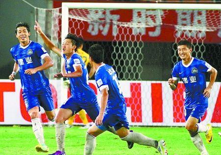 王嘉楠(左二)庆祝进球。小全摄