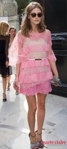 Olivia Palermo身穿Valentino粉色蕾丝裙显得优雅迷人。