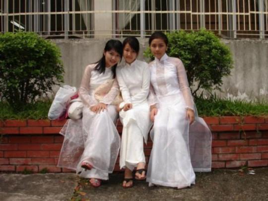 越南美女穿衣习俗:旗袍开叉到腰【组图】