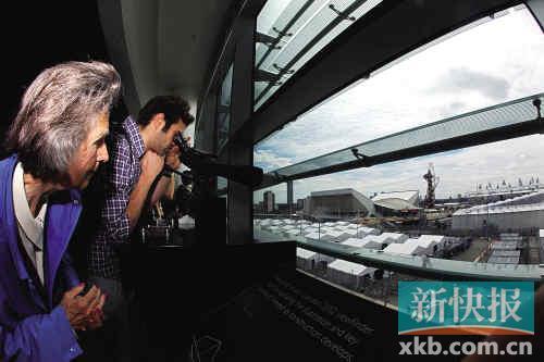 不少游客到临时观光点,瞭望奥林匹克公园。
