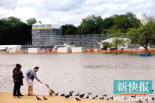 游客在海德公园游玩,这里将举行马拉松游泳和铁人三项比赛。