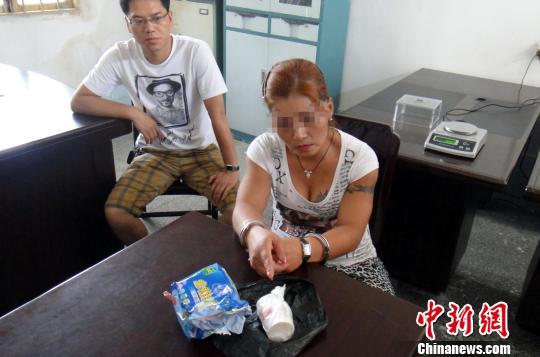 韦某指认从卫生巾袋内查出的毒品海洛因。吴镇全摄