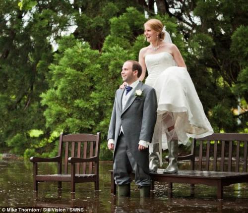 新浪新娘结婚的美好心情丝毫没被大雨和积水给破坏