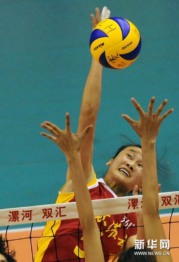 7月19日,江苏女排队员王婷婷在比赛中吊球。当日,2012年全国女排锦标赛在河南省漯河市体育馆举行。在小组赛首轮的一场比赛中,江苏华东有色女排以3比0战胜广东女排。新华社记者王颂摄