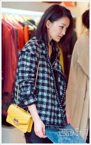 花呢小外套+黑色连衣裤+姜黄色链包