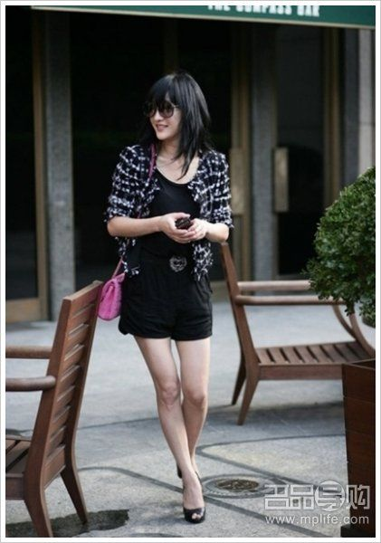 花呢外套+灰色羽绒包+黑色短裙+皮靴