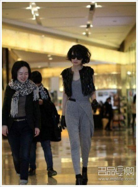 黑色毛呢外套+灰色T恤+皮裤