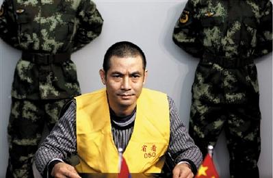 糯康接受提审过程中,身体被固定在椅子上。