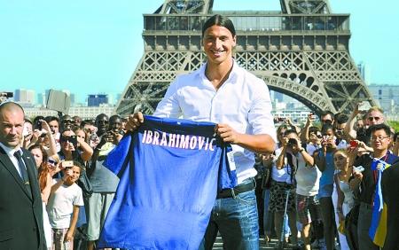 当天,他在巴黎标志性建筑埃菲尔铁塔下参加了球迷见面活动.
