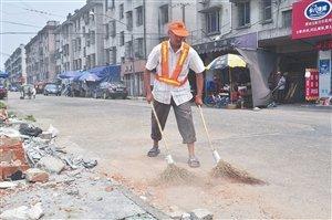 镇海骆驼街道,环卫工人在烈日下工作
