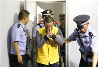 糯康被押到提审现场(7月17日摄)。新华社记者 王申 摄