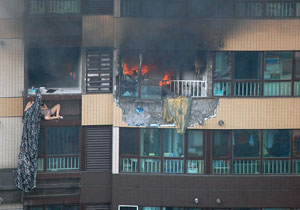 北京居民楼8层突发大火 住户借床单逃生