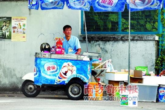 """香港卖雪糕的小贩朱仲华因""""阻街""""被政府检控,只被法官裁定象征性地罚款100元。 南都记者 赵炎雄摄"""