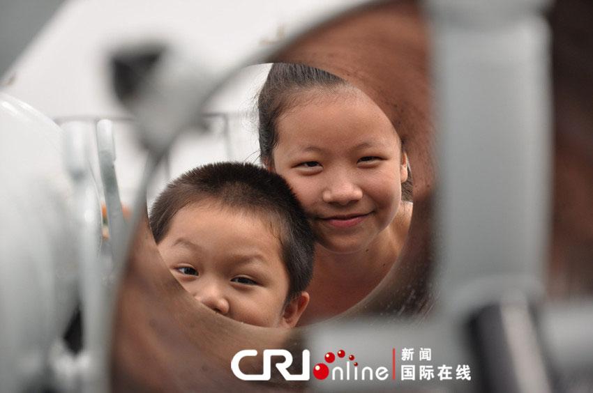 """胡善敏/图为在""""郑和""""舰上找到颇多乐趣的儿童。"""