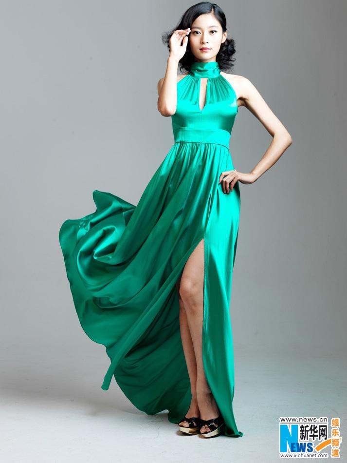 玲珑有致的身材,在飞扬的裙摆中,亦如《女人的抉择》中姚倩倩般自信