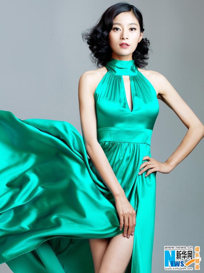 玲珑有致的身材,在飞扬的裙摆中,亦如《女人的抉择》中姚倩倩般自信魅