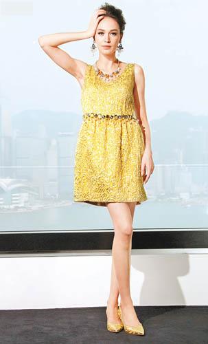 鲜黄色brocade dress $23,800、Shoes $4,900、耳环$5,200、颈链$12,900