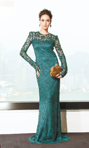 深绿色lace evening dress$35,800、金色sequined clutch $17,100、耳环$3,400