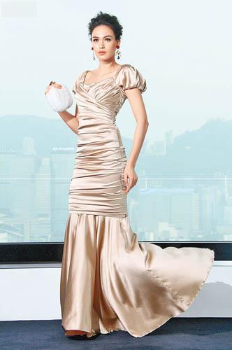 金褶裥evening dress $41,400、高跟鞋$5,900、Clutch $24,900、耳环$3,500