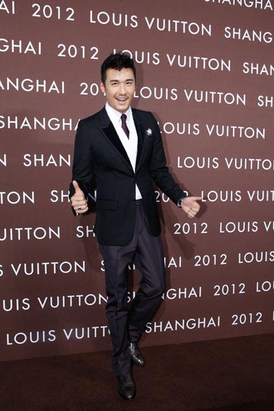胡兵近日接连出席Louis Vuitton路易威登品牌活动,帅气造型吸引眼球,并以鞋履尊贵定制大使身份力挺品牌,为合作20年的老朋友送去特别祝福。