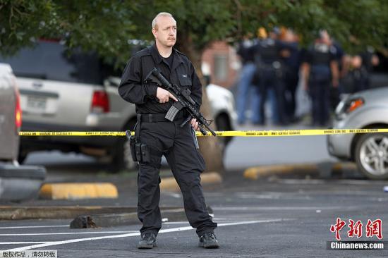 当地时间7月20日,美国丹佛市举行《蝙蝠侠前传3:黑暗骑士崛起》的首映现场发生枪击事件。图为警方在嫌疑人住宅周边戒严。
