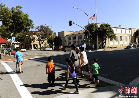 当地时间7月20日,美国总统奥巴马下令全美降半旗6天,向当日发生的科罗拉多电影院枪击案死难者致哀。图为旧金山街道上降半旗的建筑。中新社发 陈钢 摄