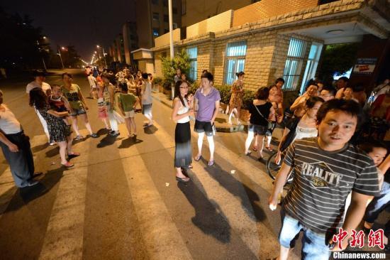 7月20日晚8时11分许,江苏省扬州市高邮市、宝应县交界发生4.9级地震,截止21日零时共发生余震是30次,3级以上4次。图为市民露天避震。中新社发 江南 摄