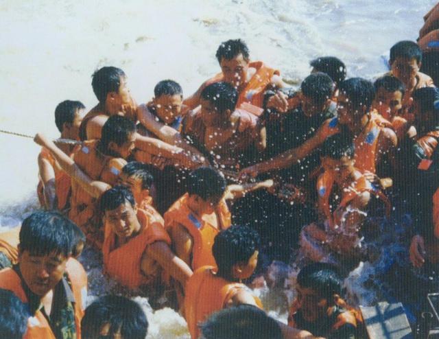 抗洪_历史照片:1998年抗洪抢险震撼照(组图)-搜狐滚动