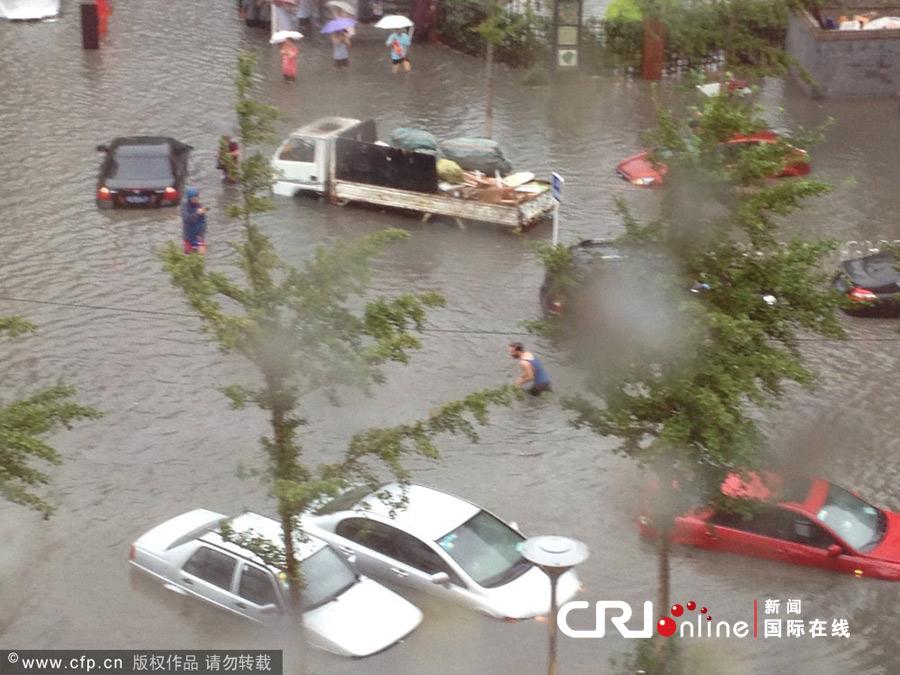 北京大暴雨_北京遭40年最强暴雨袭击一小区数百辆桥车被淹(高清组图)-搜狐滚动