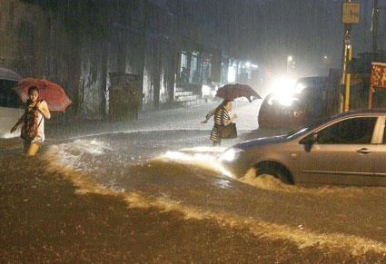 北京大暴雨_北京遇61年来最强暴雨城区平均降215毫米(图)-搜狐新闻