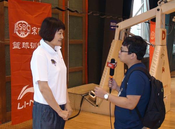 宋晓波正在接受北京电视台记者专访