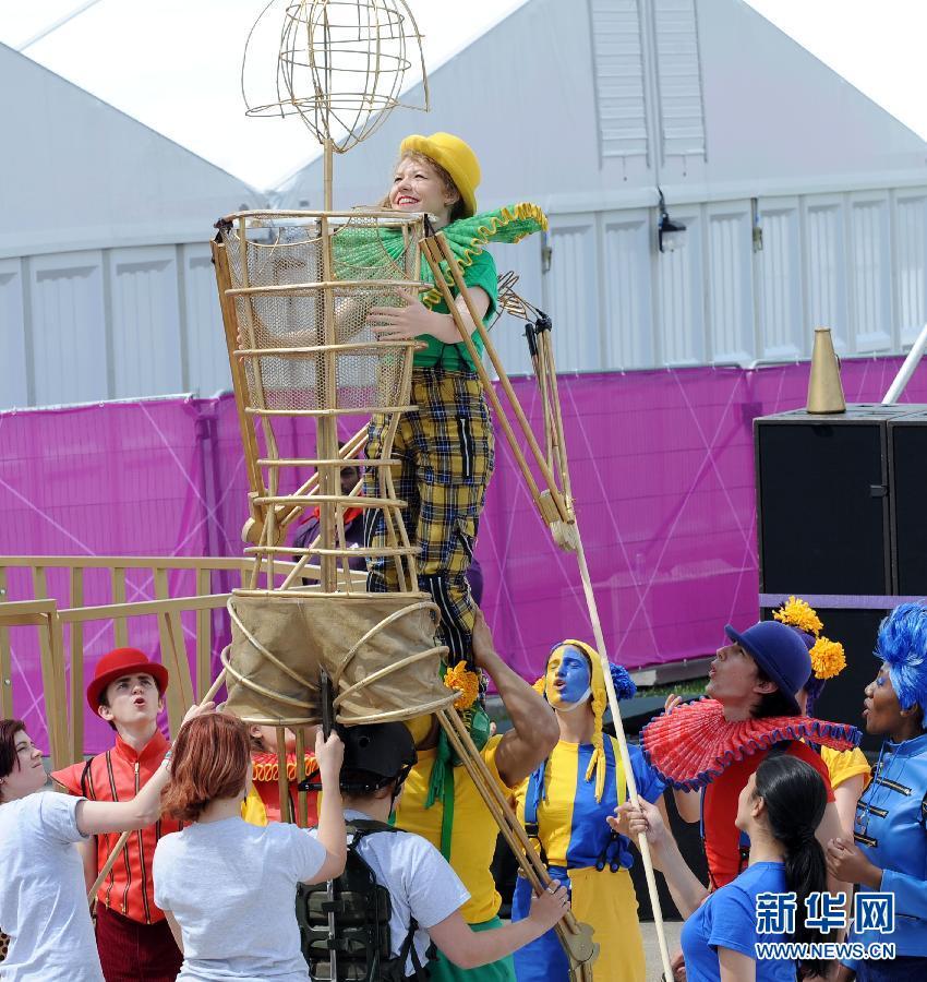 """奥运村里""""戏剧化""""的升旗欢迎仪式[高清]"""