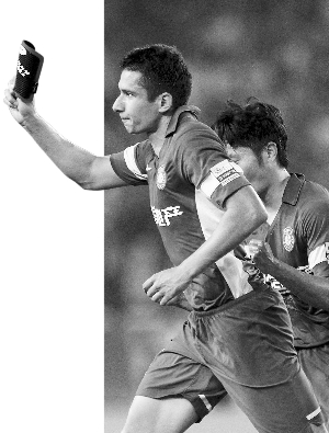 耶夫蒂奇进球后取下了护腿板,护腿板上有他儿子的名字