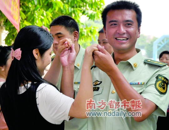 女嘉宾和武警边防军官牵手跳舞.南都记者石江龙摄 -牵住你的手 今生图片