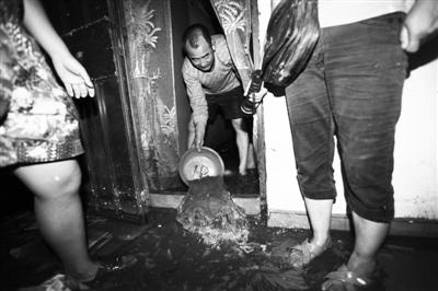 7月21日晚,丰台五里店南里小区16号楼地下室内被淹,3名人员被困。 实习生 王飞 摄